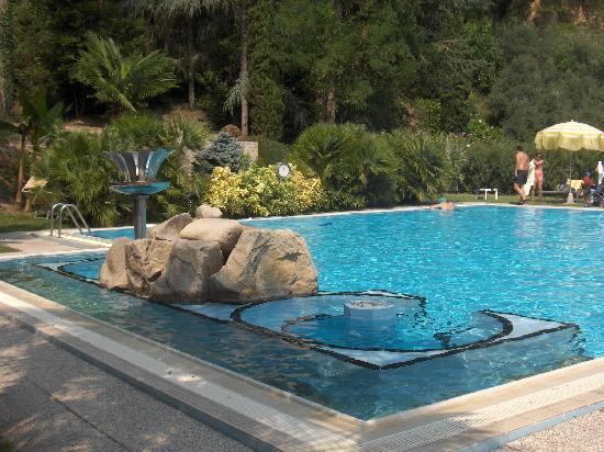 Millepini Terme Hotel: la piscina esterna al piano superiore a 32 gradi