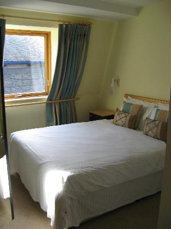 Molesworth Court Suites: Master bedroom, had connecting bath to the right