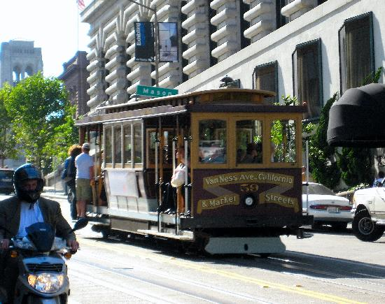 Stanford Court San Francisco: Cable Car outside hotel entrance
