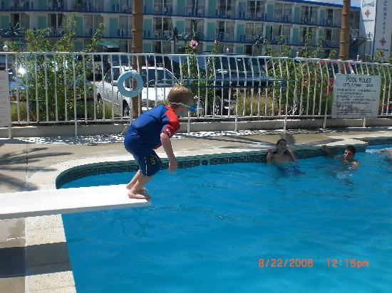 Shalimar Resort Motel: my son loving the diving board