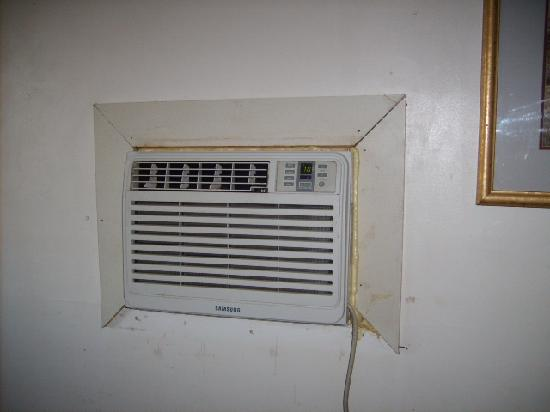 Parkway Motel: Grimy air conditioner