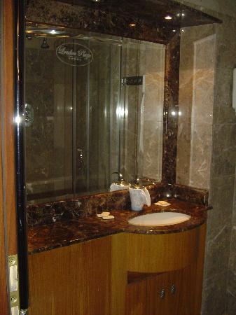 Monocrown Court: Bathroom Flat 11 Inverness Terrace