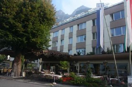 Hotel Restaurant Seehof: Front of hotel with mountains beyond