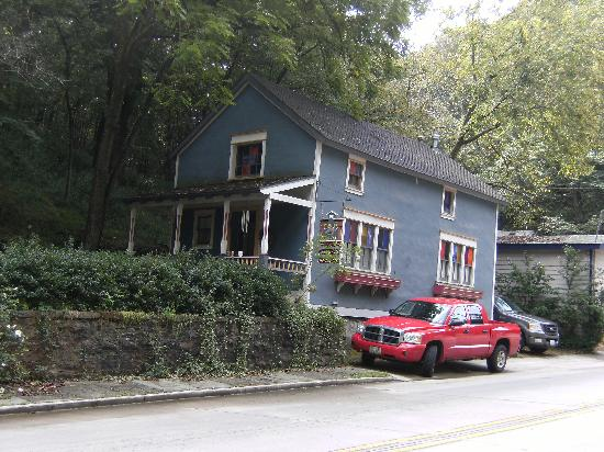Cobbler's Cottage: sits right on main street