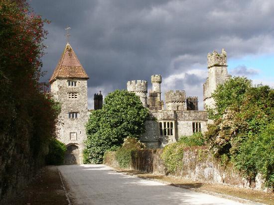 Lismore, Ierland: coucher de soleil sur l'entrée du Chateau