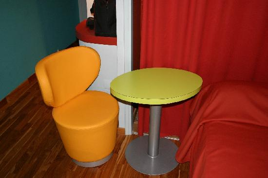 Hotel Balanea: Table and chair in room