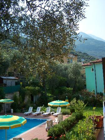 Hotel Garni Casa Popi: Pool and garden