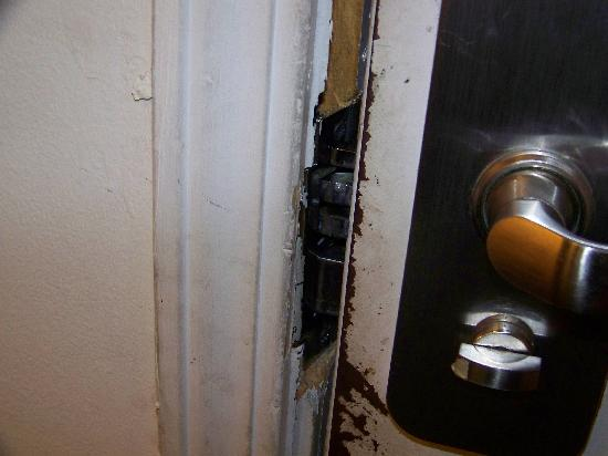 Budgetel Savannah: Broken Lock