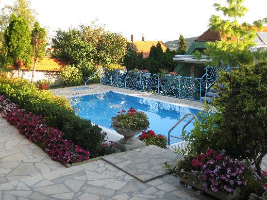Tihany, Ungarn: Garden/pool area