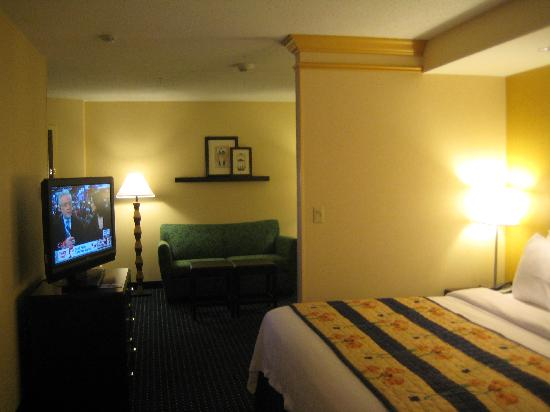 SpringHill Suites Midland: Bedroom looking into living area