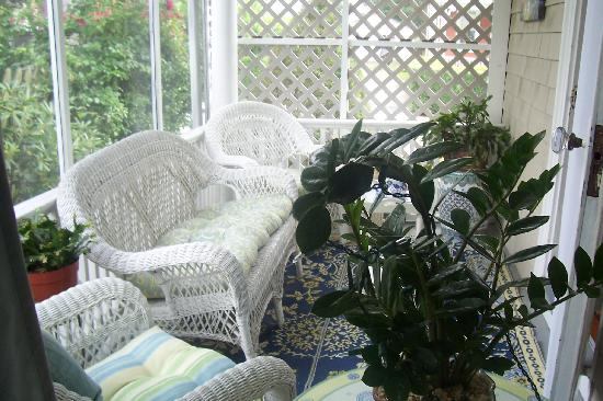 Josie's B&B Inn: Screened in porch off living room