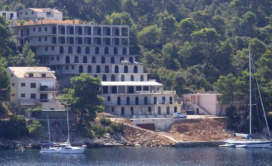 """Smokvica, Kroatië: Hotel Feral - Panorama con vista sul """"mostro"""" edilizio"""