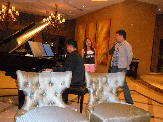 The Avenue Plaza Hotel: Late night impromptu duet in the hotel lobby