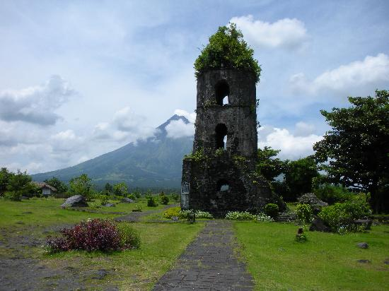 The Avenue Plaza Hotel: Mayon volcano with the church ruin