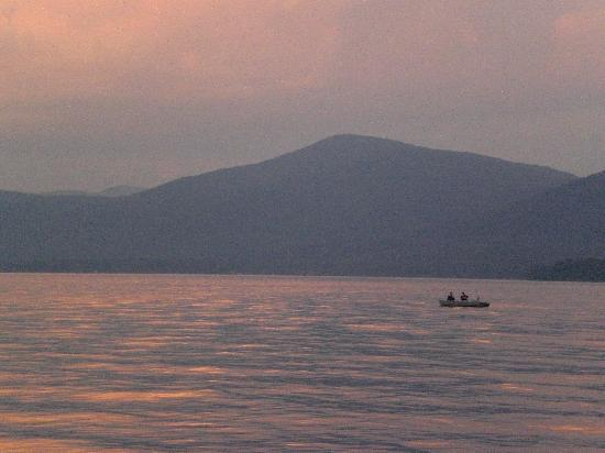 Blue Lagoon Resort: Friends fishing before sundown.