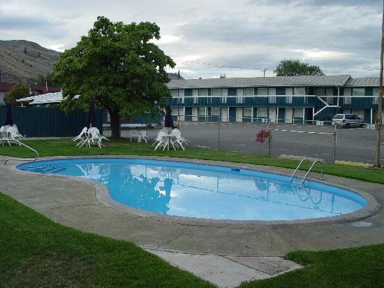 Canadas Best Value Inn & Suites-Desert Motel: Waterpool