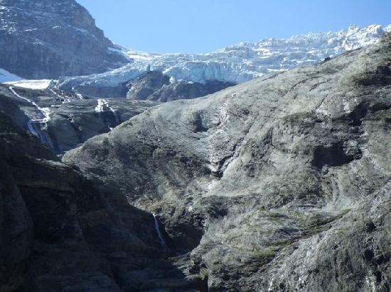 Rosenlaui Hotel: The Rosenlaui glacier up the hill