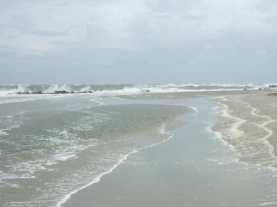 Water's Edge Inn: Beach on a Cloudy Day