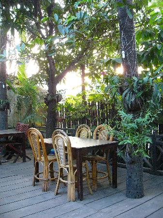 Yaklom Angkor Lodge : Open-air section of the Thai restaurant
