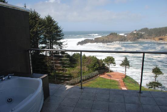 Whale Cove Inn: Balcony with Jacuzzi