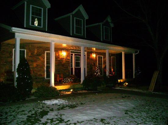 Bluebird Meadows Bed & Breakfast: Night time view of the B&B