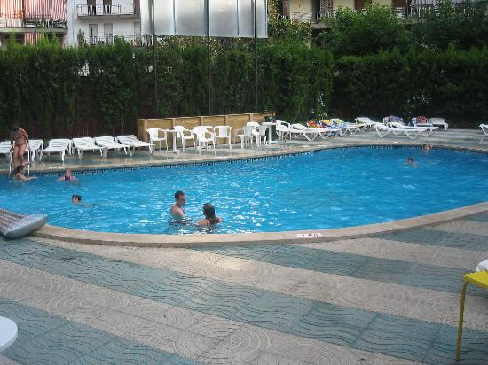 pool war f r die kinder optimal picture of hotel clipper lloret de mar tripadvisor. Black Bedroom Furniture Sets. Home Design Ideas