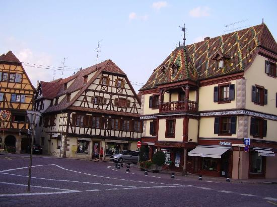 Obernai, Francja: Colombages and decorated roofs