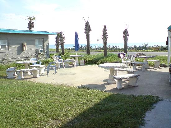 Whale Watch Motel: Outdoor patio with Grill for dining.