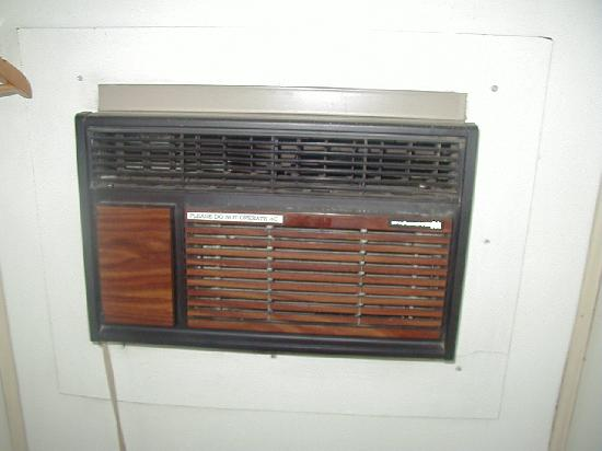 Berkeley Springs Motel: AC in closet