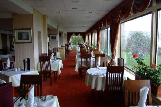 The Pines Hotel: Dining room (on a VERY wet day!)