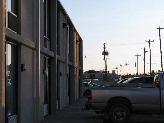 BEST WESTERN CottonTree Inn : parking alley