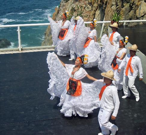 La Quebrada: Dancers perform before the divers.
