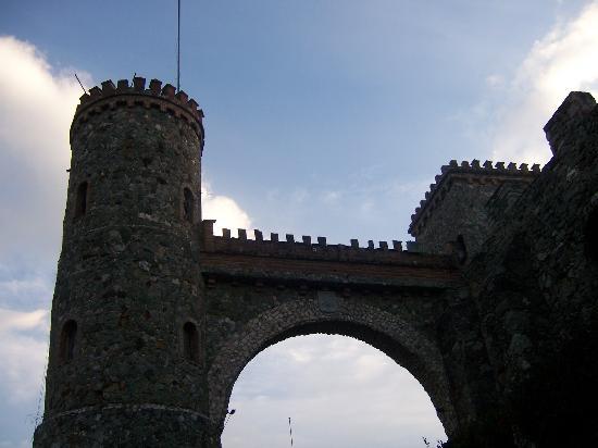 Castillo Santa Cecilia Hotel: desde que entre por ese arco medieval me impacto