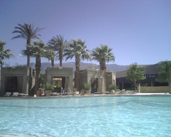 Cabazon, Καλιφόρνια: Morongo Resort: cabanas by the pool