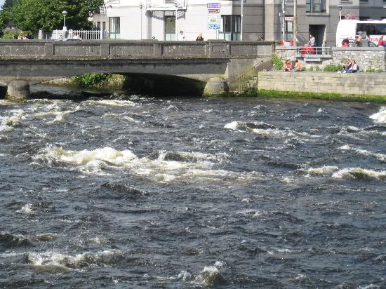 The Coach House Hotel: river Corrib in Galway