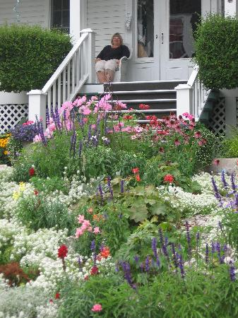 Cloghaun Bed and Breakfast: Relaxing on the porch near the flowers at the front steps