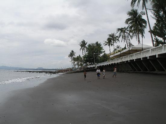 Coastal View Resort: Beach in front of hotel