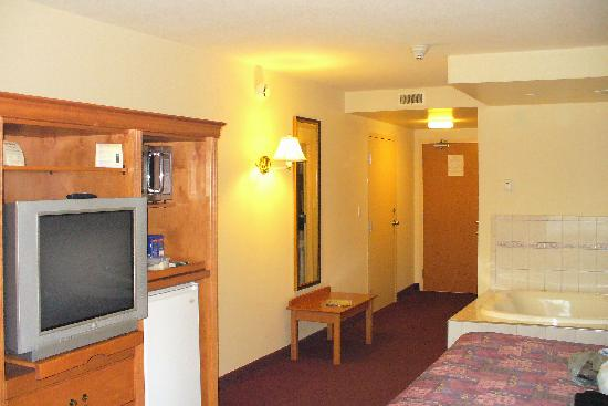 Days Inn & Suites - Niagara Falls Centre St. By the Falls : Suite jacuzzi+ lit king