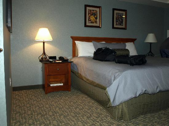 Chukchansi Gold Resort & Casino: King bed looks small because the room was so large.
