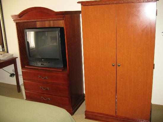La Quinta Inn & Suites Plainfield: television and armoire