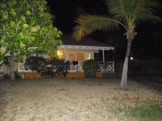Bon Bini Seaside Resort: Our bungalow at night