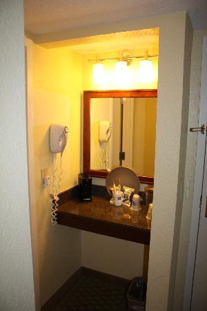 Hampton Inn Central Naples: Vorraum zum Bad mit Waschbecken
