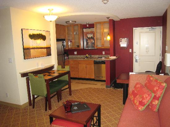 Residence Inn Dulles Airport at Dulles 28 Centre: Main room with kitch and dining area