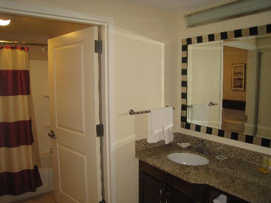 Residence Inn Dulles Airport at Dulles 28 Centre: Bathroom and sink area