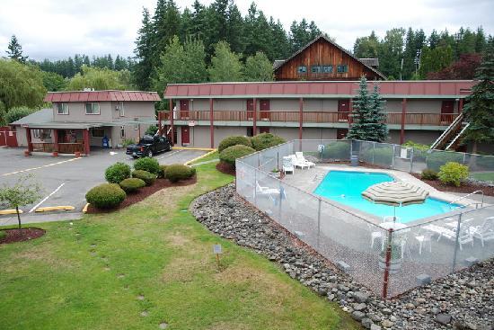 Cedars Inn Enumclaw: Pool area