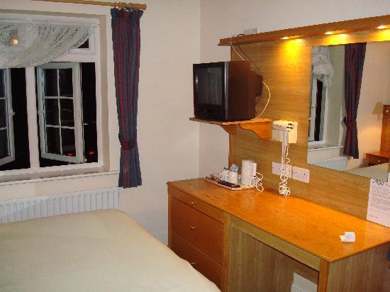 Pheasant Inn Hotel: Room 12: Bed / Workdesk / TV