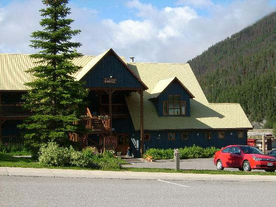 Truffle Pigs Lodge: Kicking Horse Lodge, Field