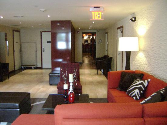 Daddy O Hotel: Big Lobby Lounge Area