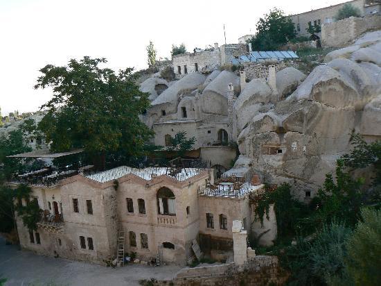 Gamirasu Cave Hotel: View of Gamirasu from across the stream