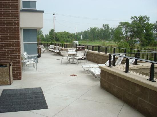 Fairfield Inn & Suites Omaha Downtown: Out Back Patio